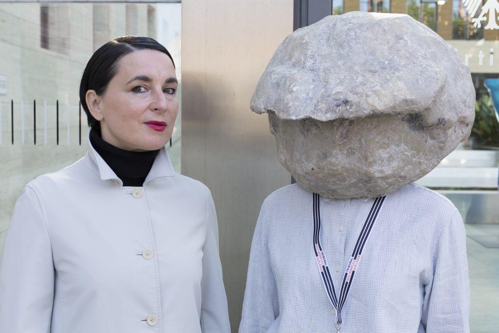 Natascha Süder Happelmann, re., und ihre Sprecherin Helene Duldung, li., vor dem Auswärtigen Amt, 2018, Foto (C)Jasper Kettner